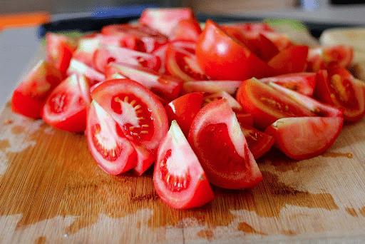 Sơ chế nguyên liệu cho món sườn xào chua ngọt kiểu miền nam