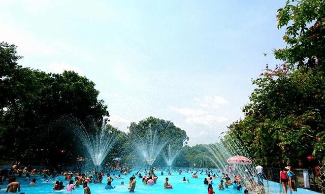 Thỏa thích tắm tại hồ bơi ngoài trời có hệ thống phun nước tự động