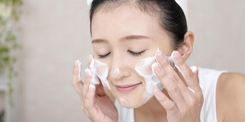 Cần rửa mặt bằng sữa rửa mặt hàng ngày