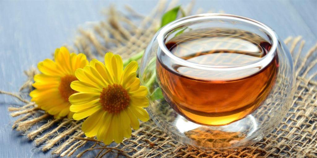 Dưỡng môi bằng mật ong nguyên chất